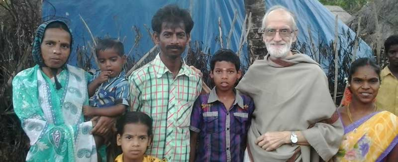 Esteve con niños en la india